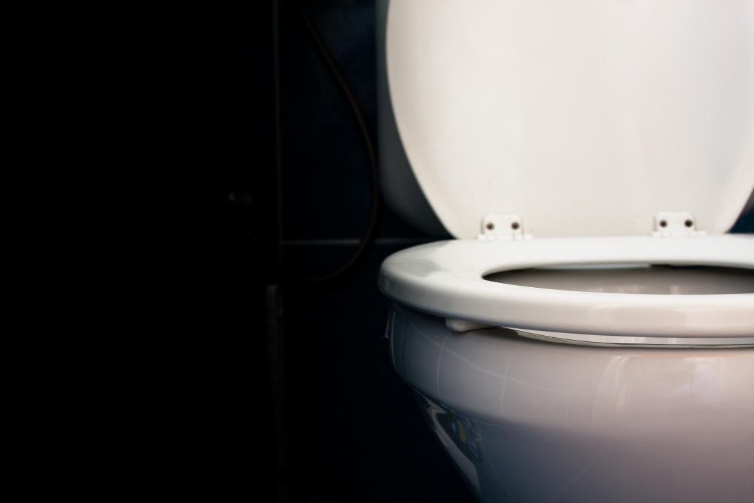 weiße Toilette mit Sitz