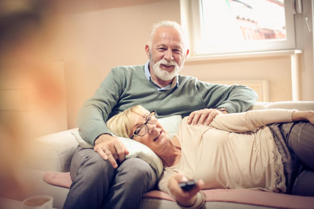 cặp vợ chồng cao cấp xem tv