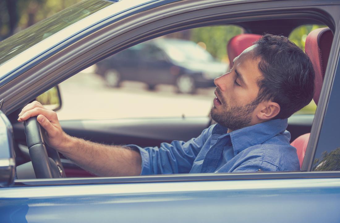 homme s'endormir dans une voiture