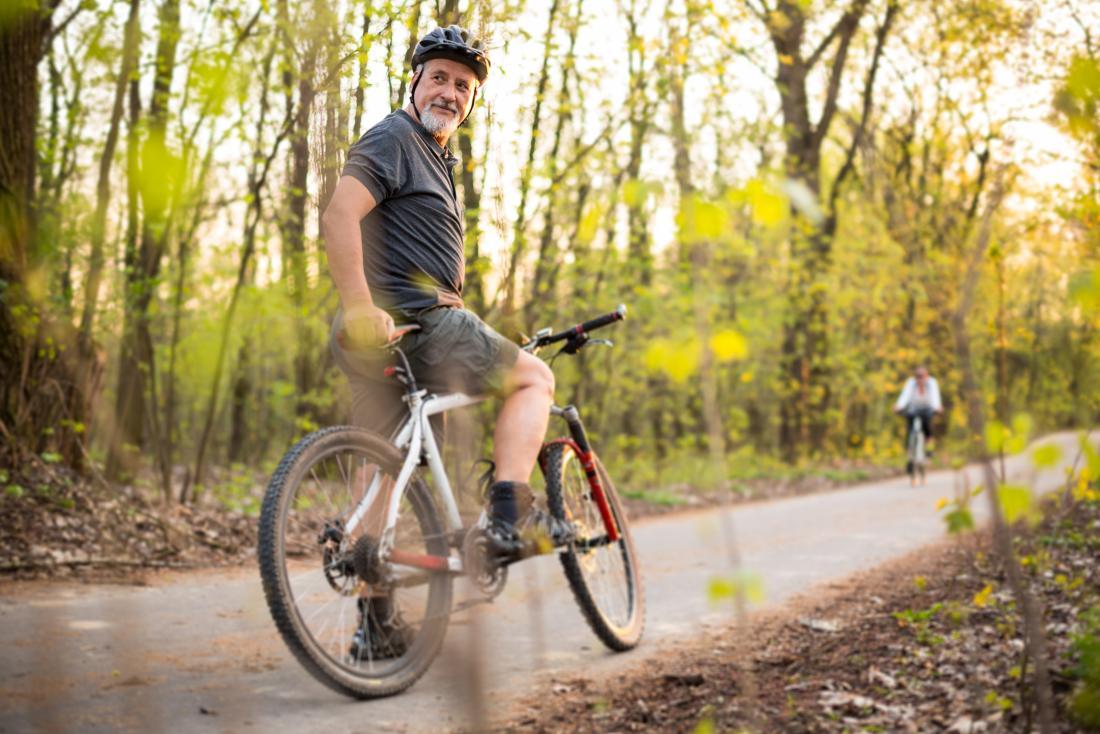 homme plus âgé, faire du vélo