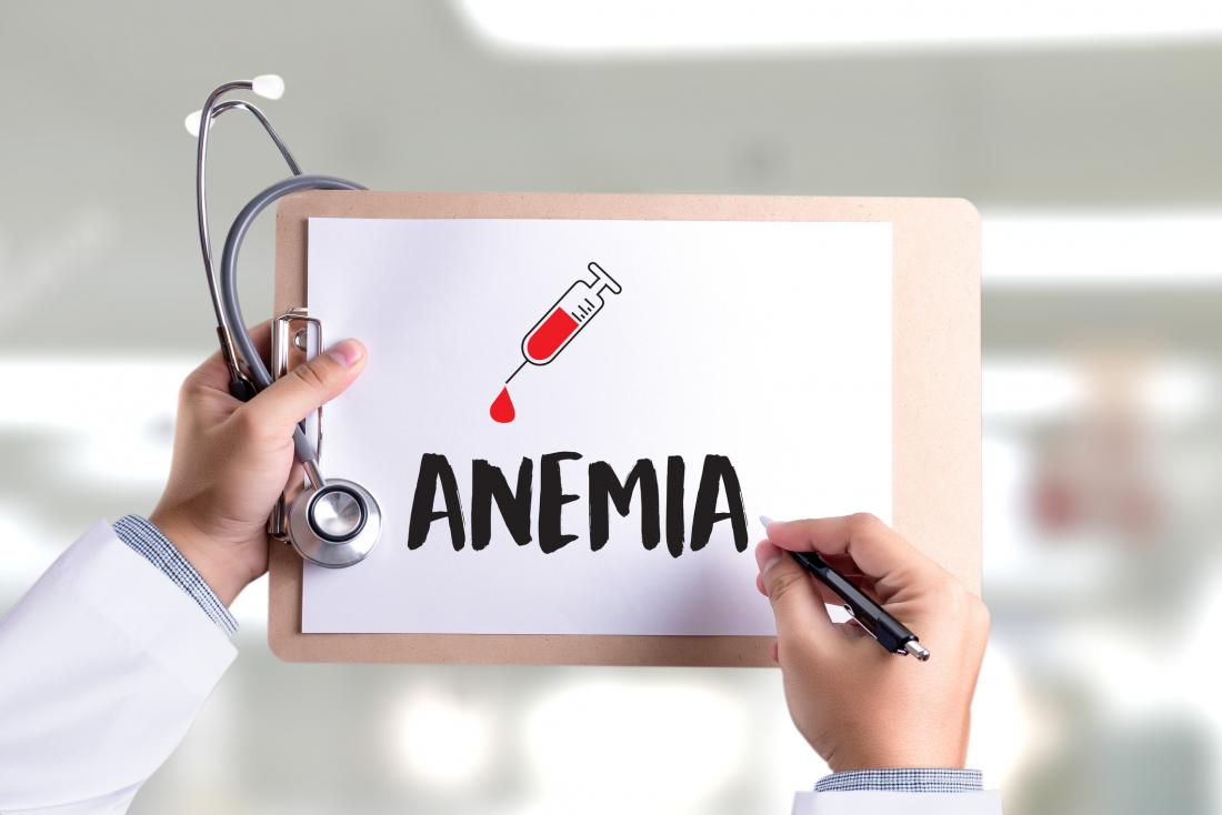 médecin tenant le presse-papiers avec l'anémie écrit dessus