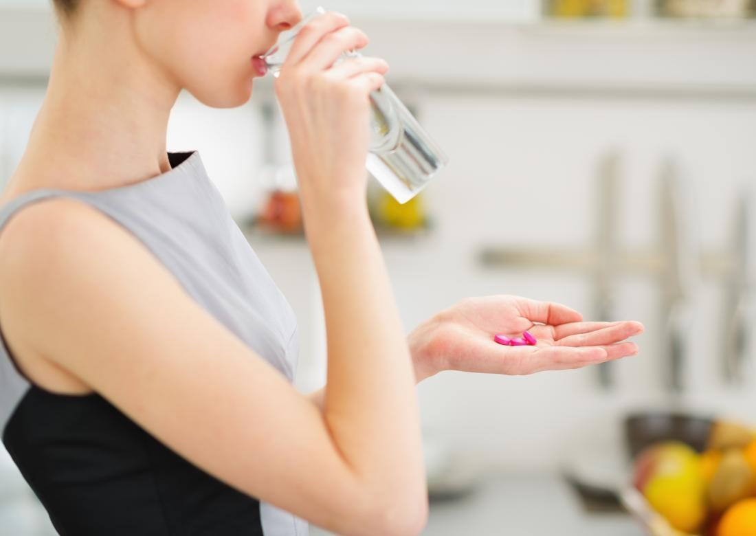 Lady, die Verdauungsenzyme für ibs Ergänzungen nimmt