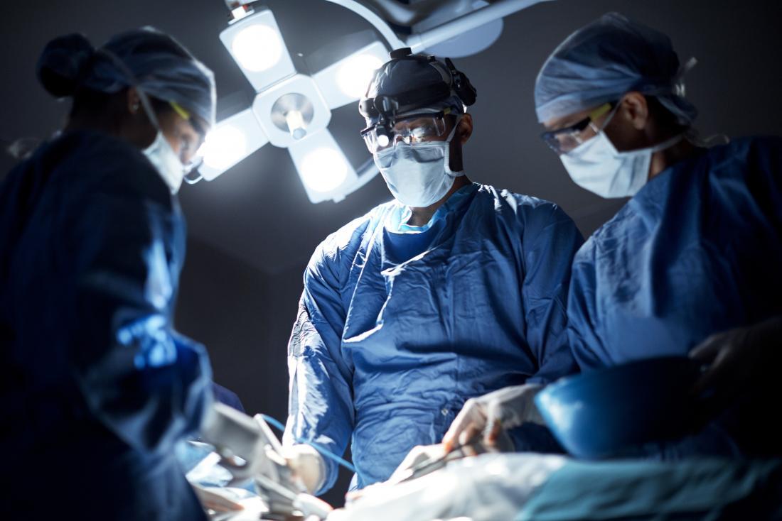 chirurgiens dans le bloc opératoire