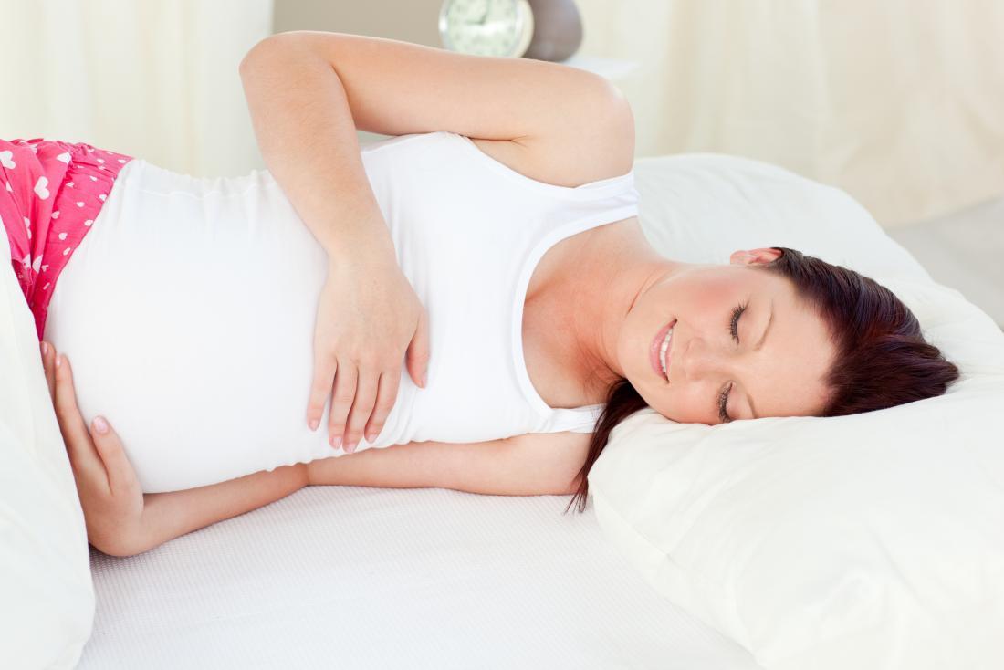 felice signora incinta assonnata