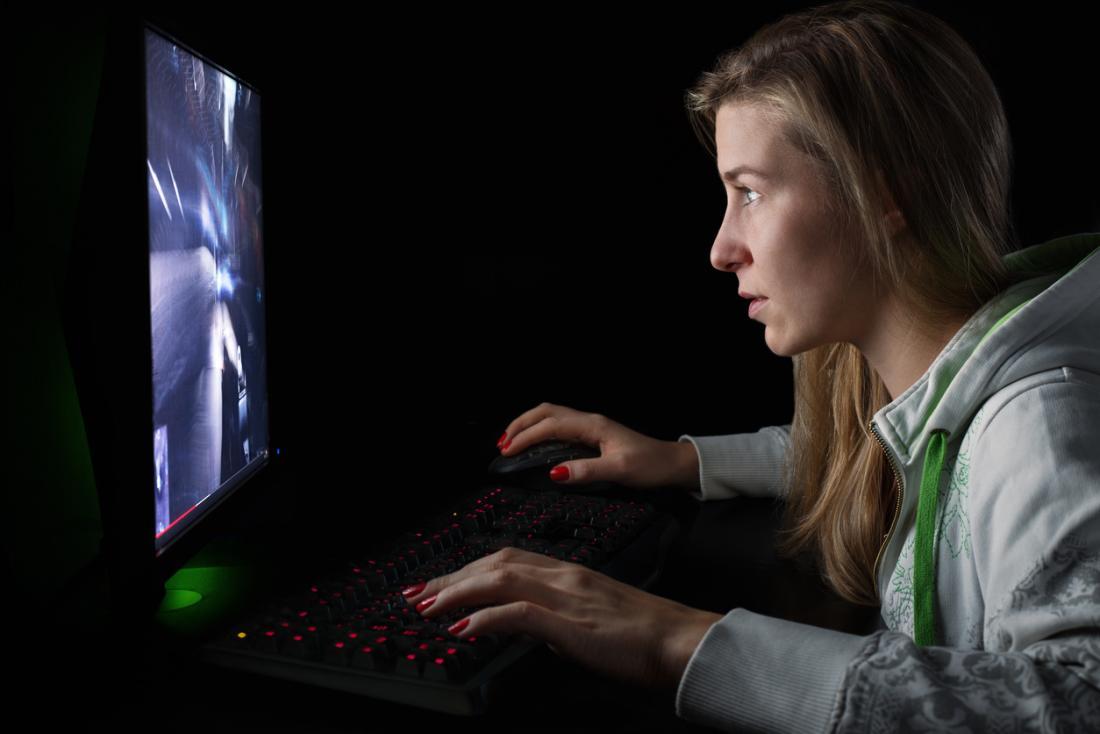 момиче играе екшън видео игра