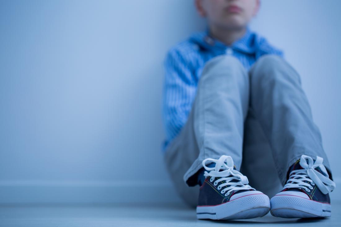 ragazzo triste seduto da solo