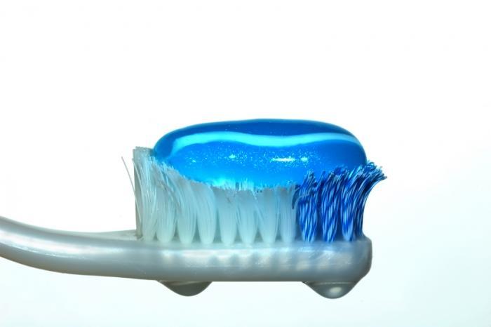 четка за зъби с паста за зъби