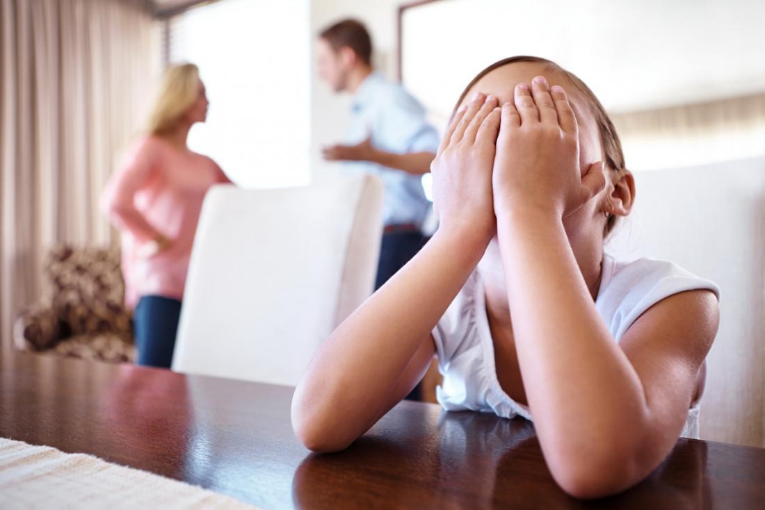 Cha mẹ tranh luận gây đau khổ cho trẻ.