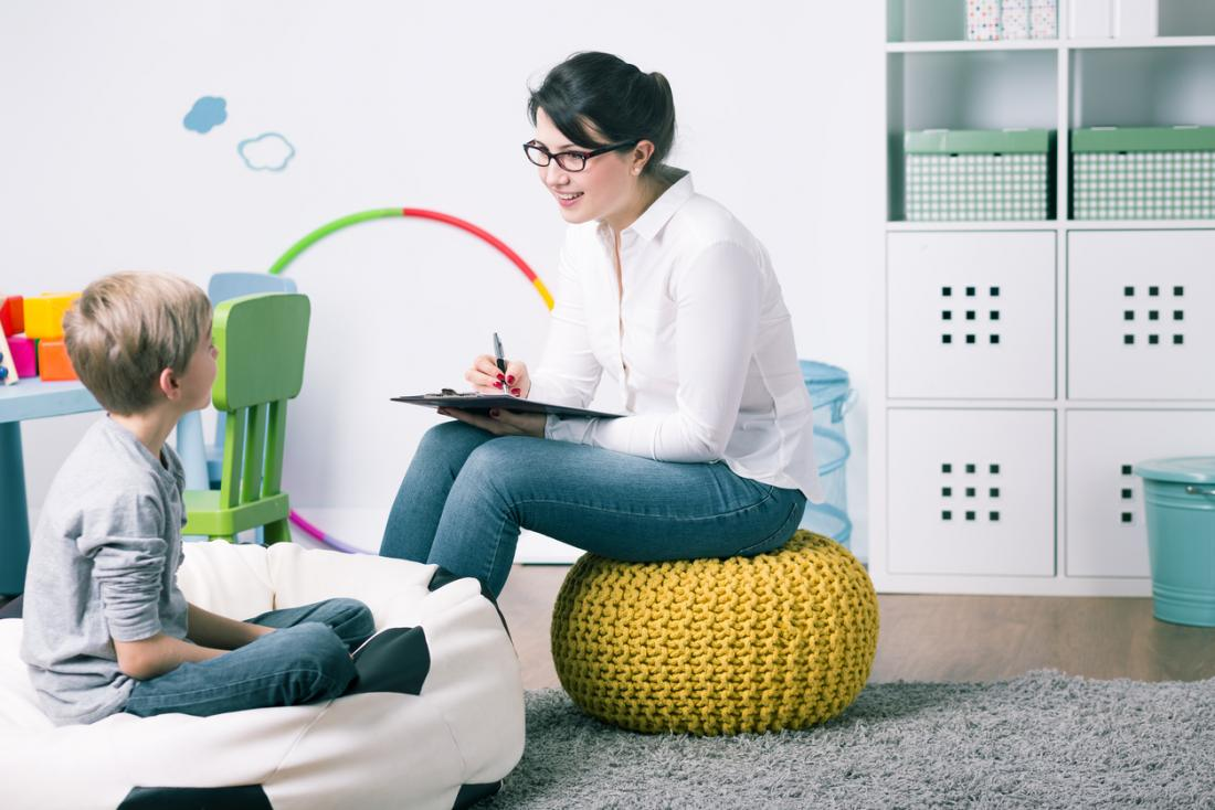 Nhà tâm lý học trẻ em chẩn đoán một đứa trẻ trong khi điều trị.