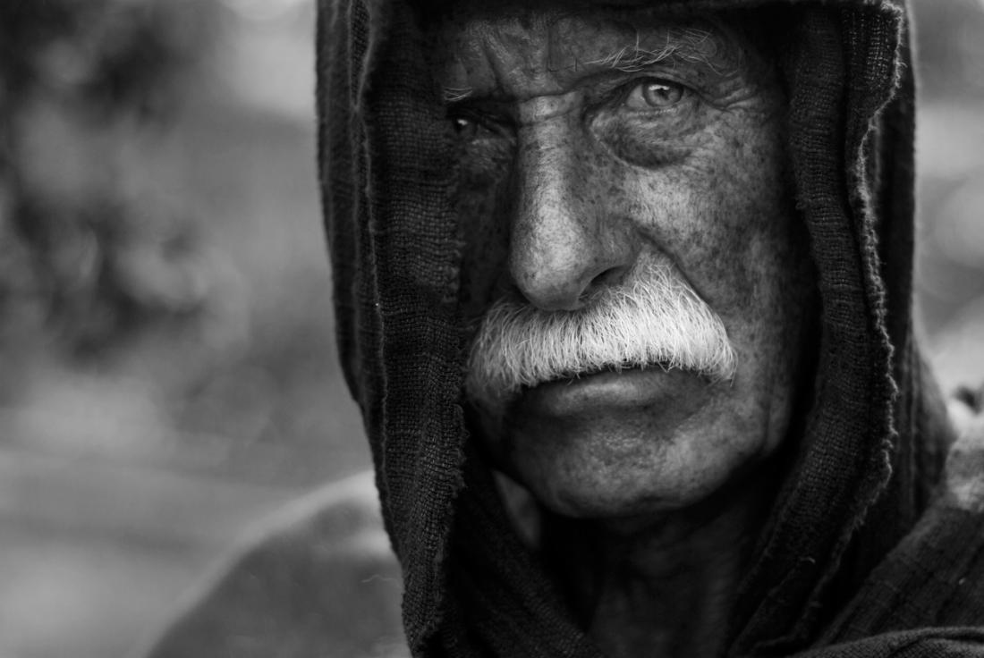 Przygnębiony starszy dorosły