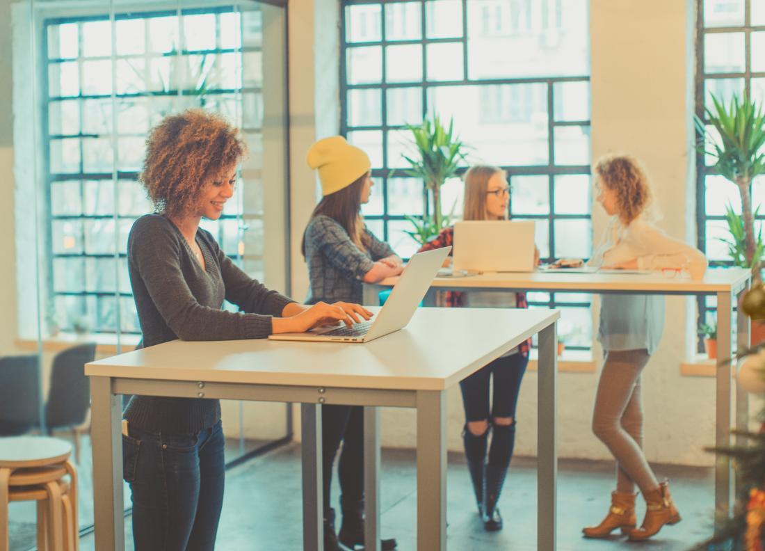 kobiety stojące przy biurkach