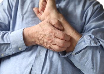 Homme se grattant le bras qui démange