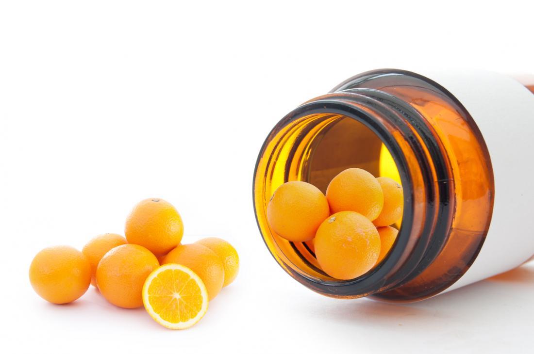 mini arance in una bottiglia che rappresenta la vitamina C.