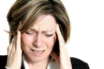 [Baş ağrısı olan bir kadın]