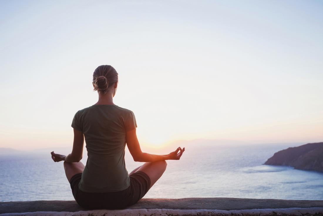 kobieta medytująca nad morzem