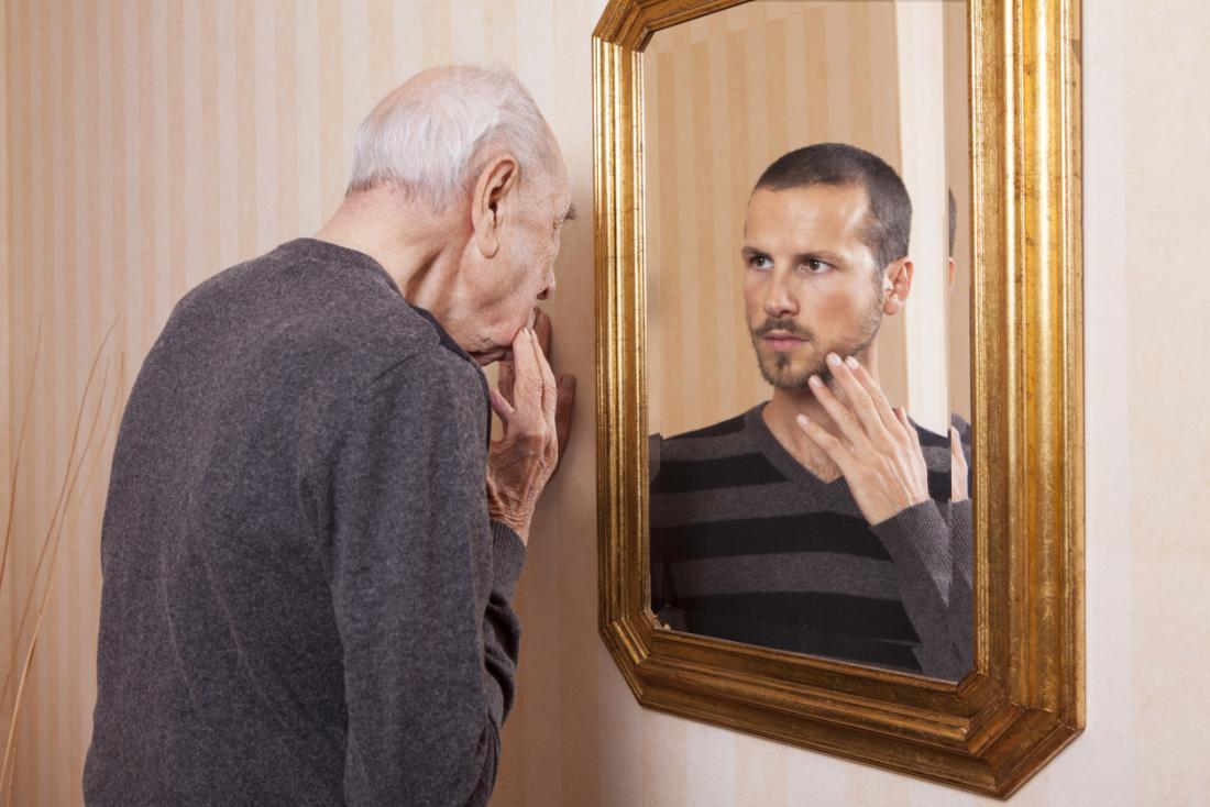 yaşlı adam genç yansıma seyir