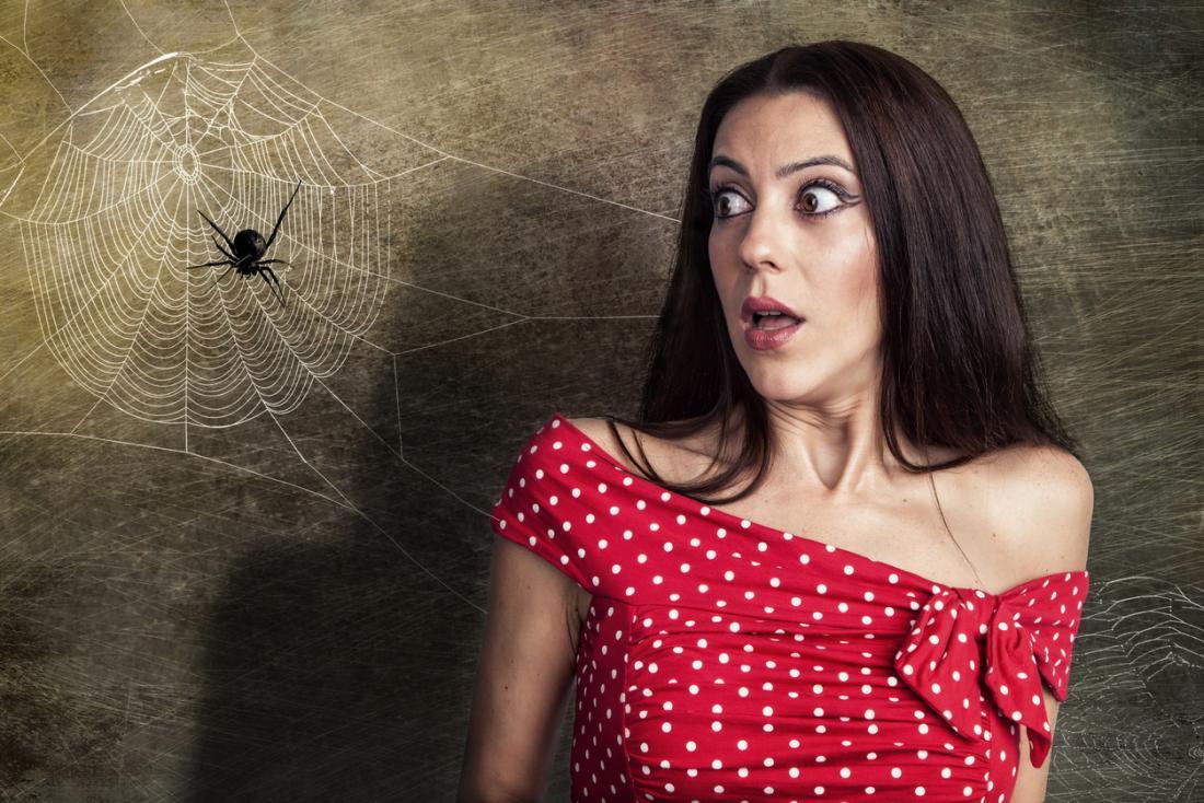 uma mulher com medo de uma aranha