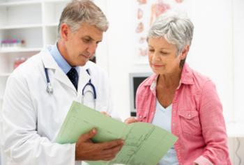 Ältere Frau, die mit Doktor spricht