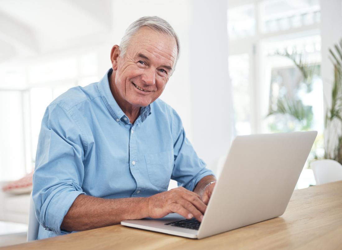 un homme plus âgé utilisant un ordinateur portable