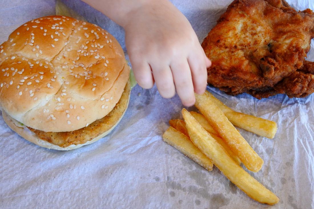 Trẻ ăn thức ăn không lành mạnh