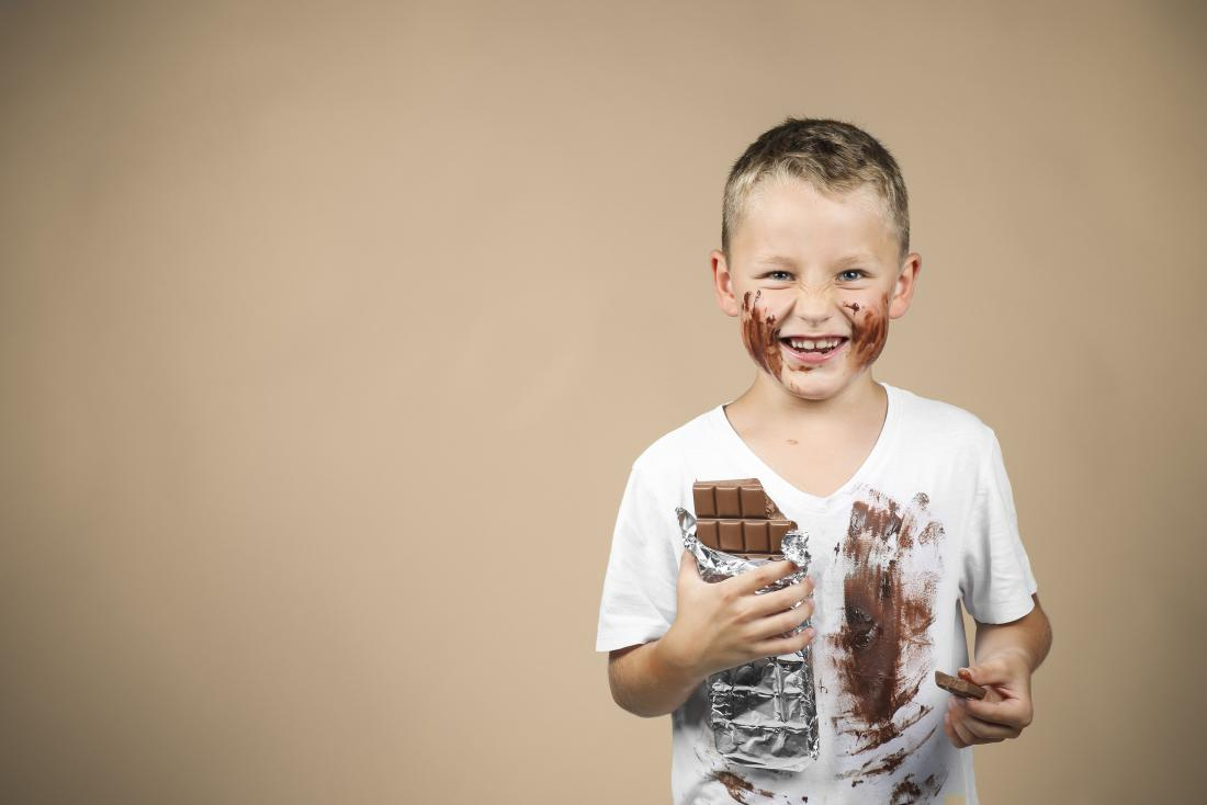 Щастливо момче яде шоколад
