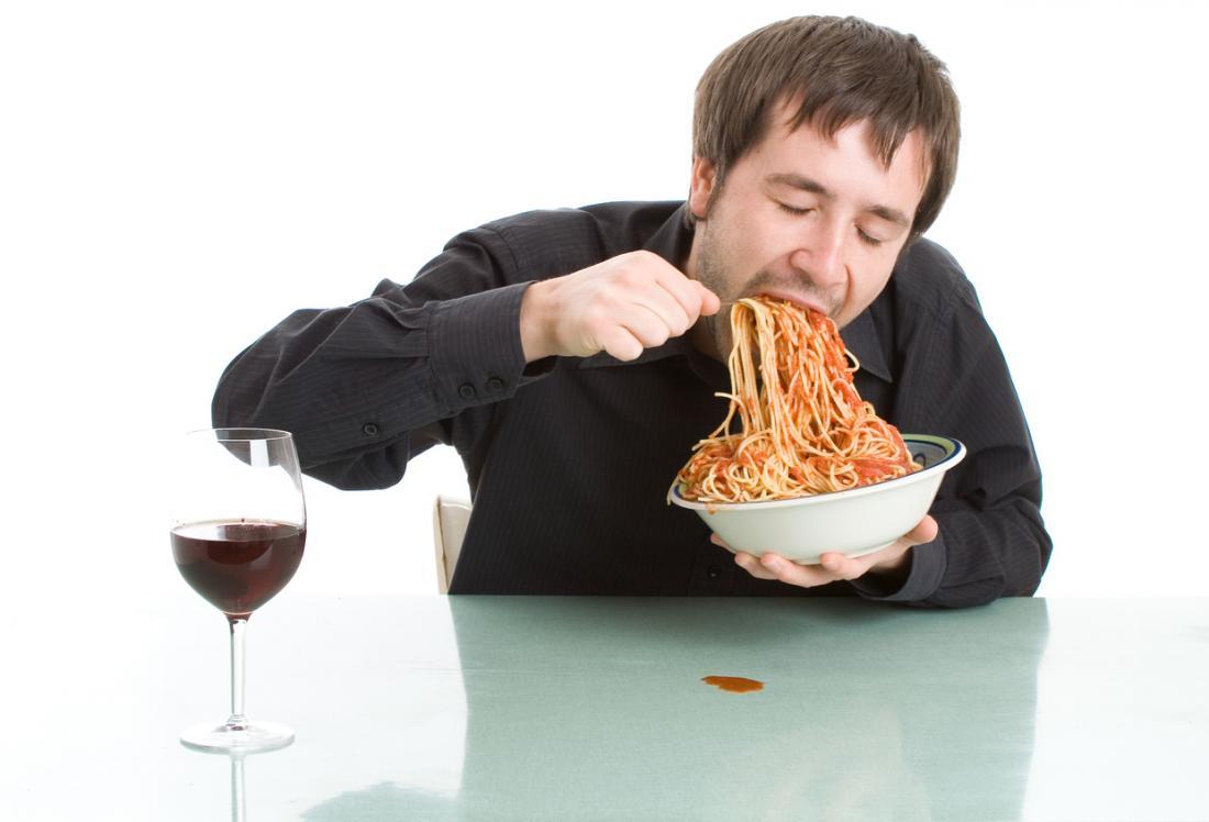 uomo che inghiotte la pasta