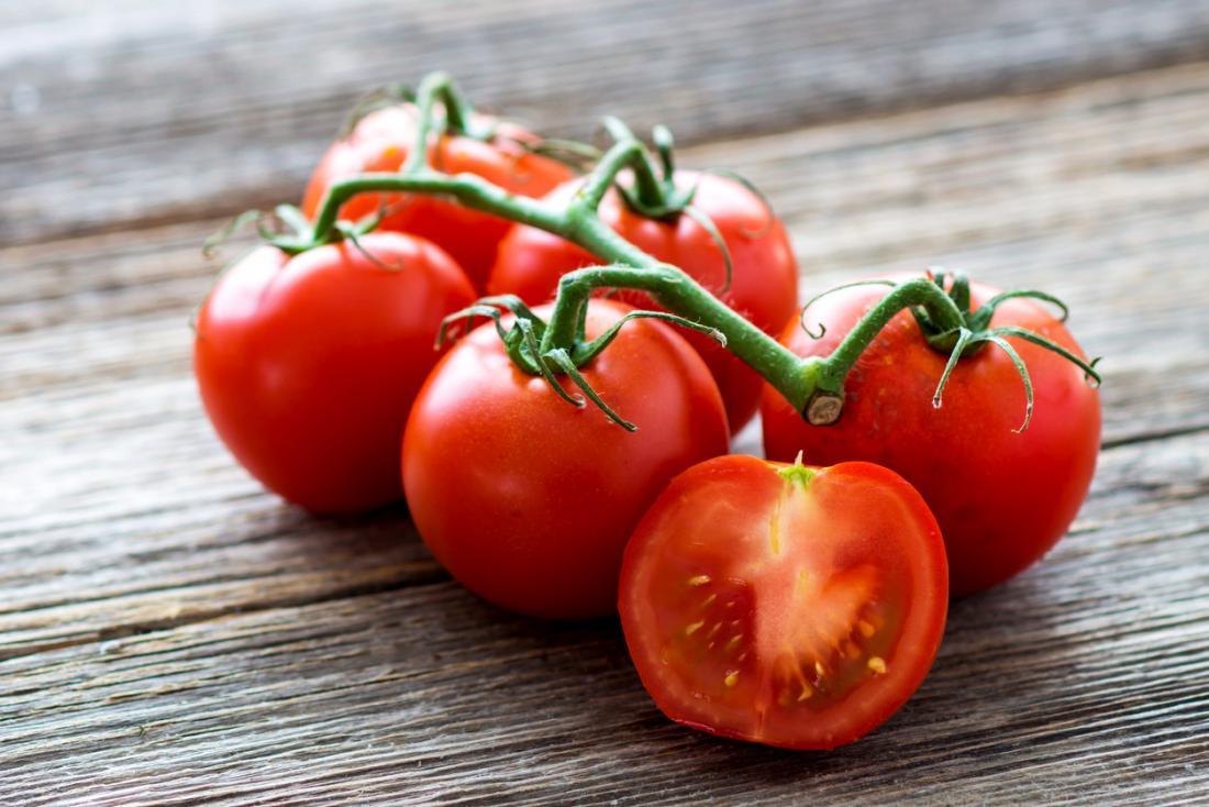 bir tahta üzerinde asma domates