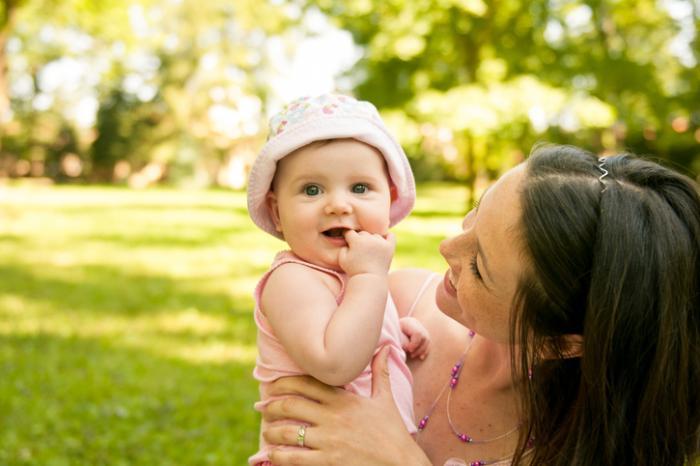 Một người mẹ trong công viên với em bé
