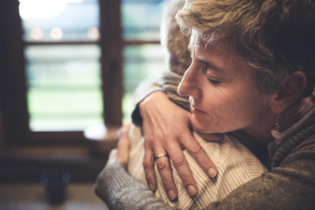 човек прегръща друг човек