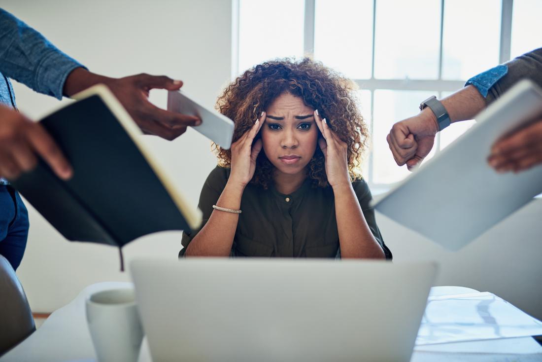 người phụ nữ căng thẳng tại nơi làm việc