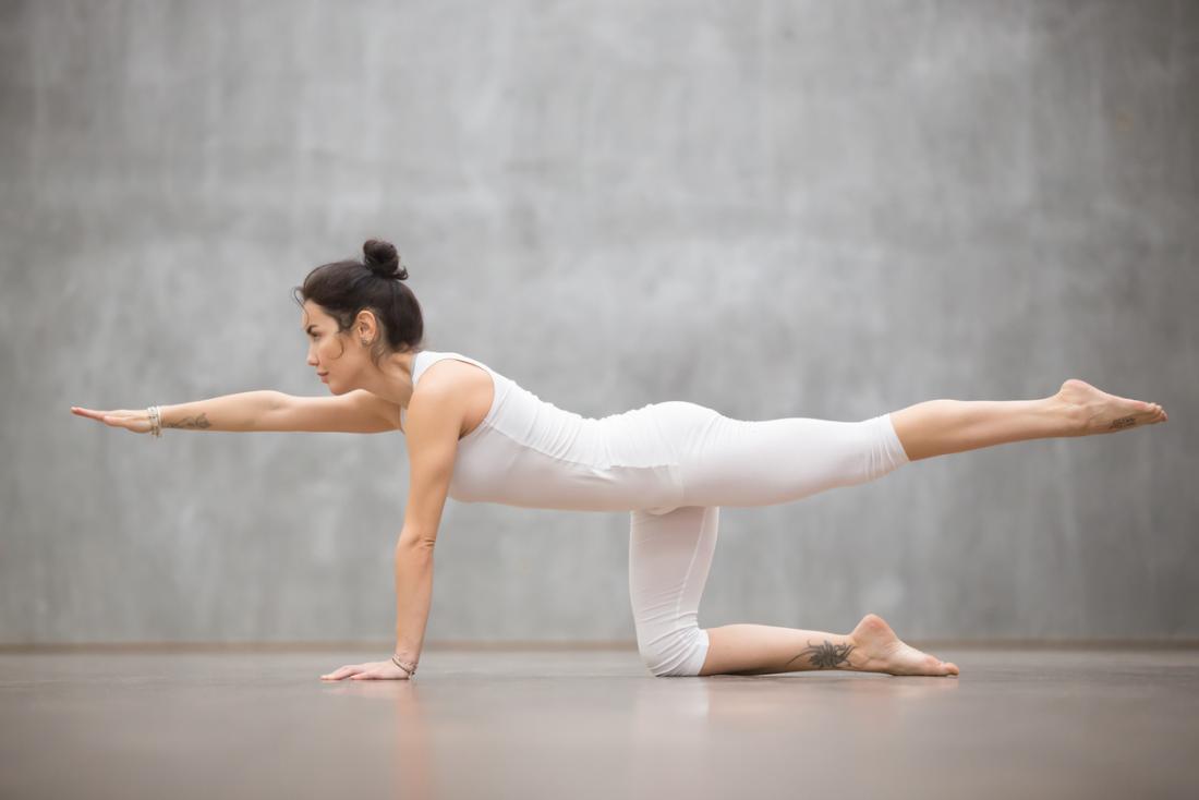 Frau macht Balancing Tisch Yoga-Pose
