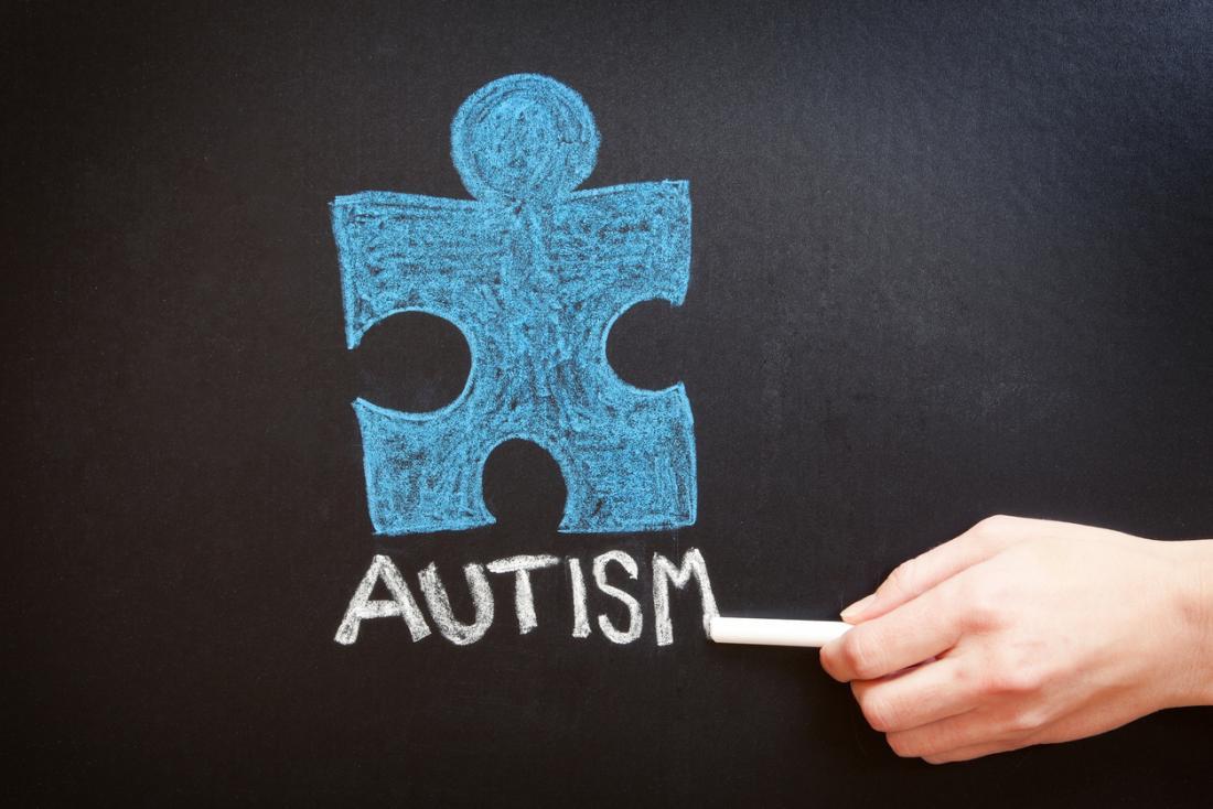 autyzm słowo napisane kredą na tablicy