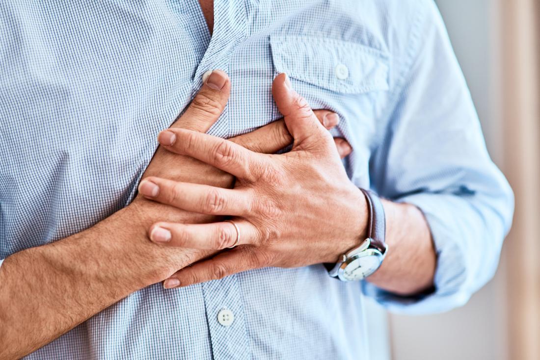 Фибромиалгия и гръдна болка лично, държащи гърдите си.