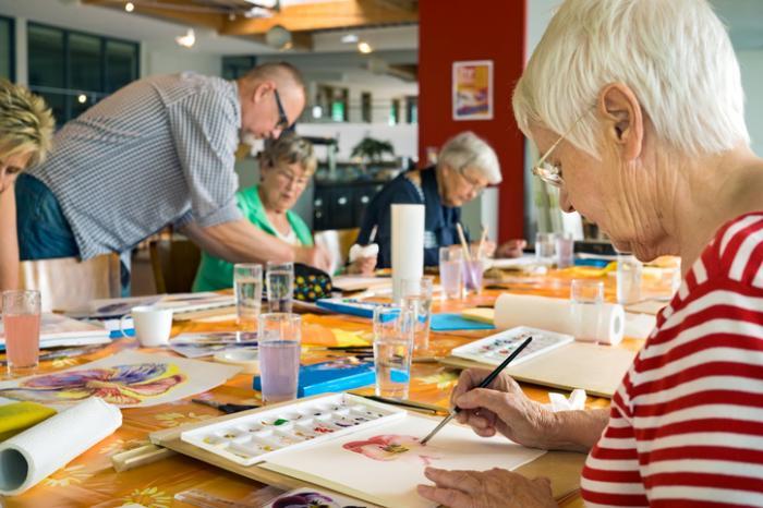 [Senioren, die an Kunsttherapie teilnehmen]