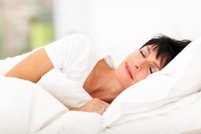 [熟女はベッドで寝ています]