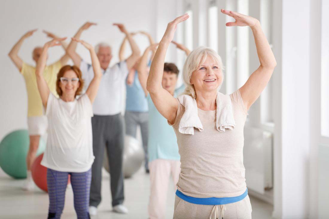 người cao niên trong một nhóm nhảy