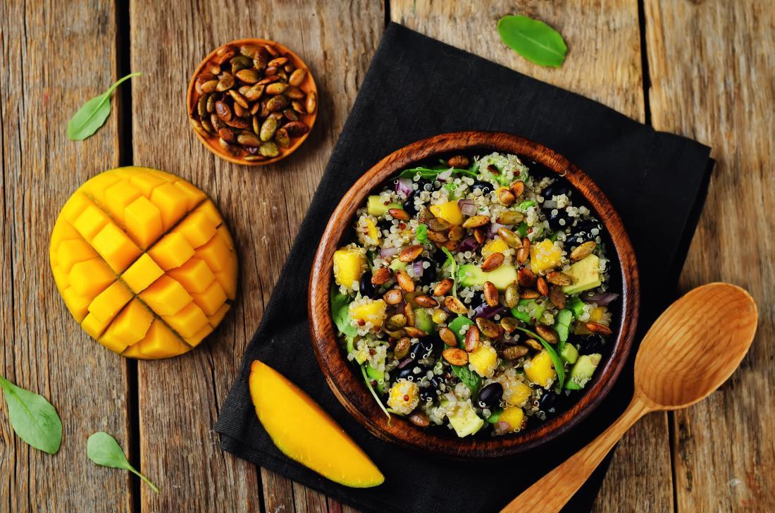 une salade de quinoa et de mangue