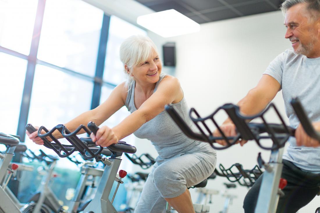kobieta w średnim wieku na rowerze