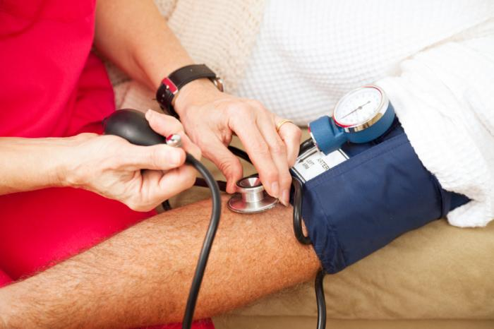 [Ein Mann mit seinem Blutdruck gemessen]