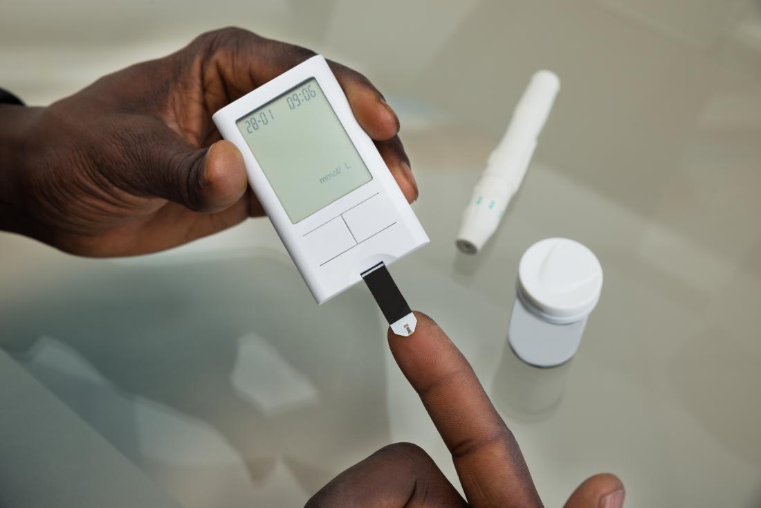 Persona con diabete che misura i livelli di zucchero nel sangue.