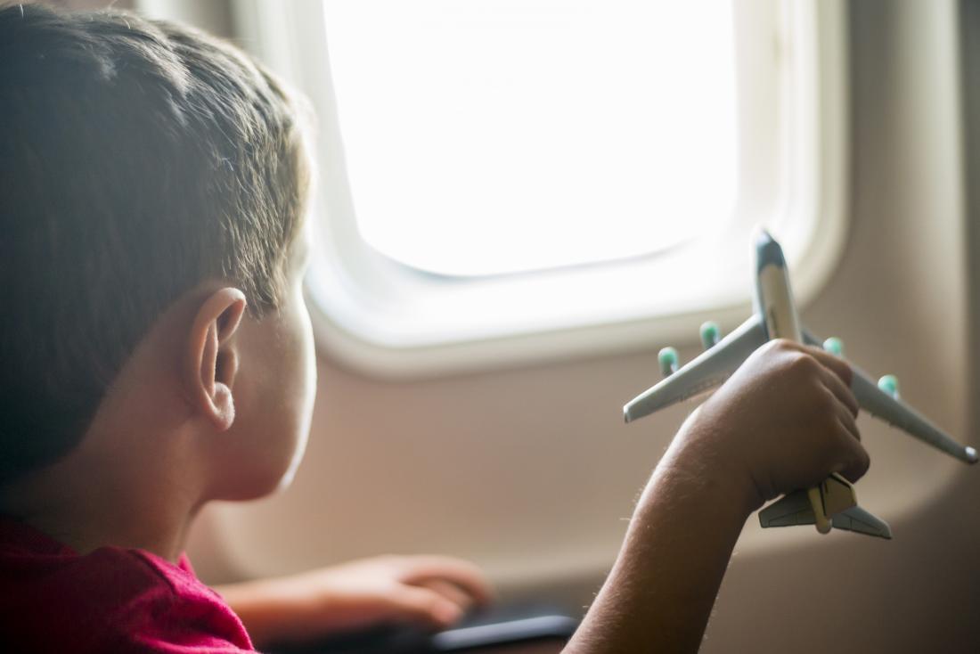 petit garçon avec avion jouet