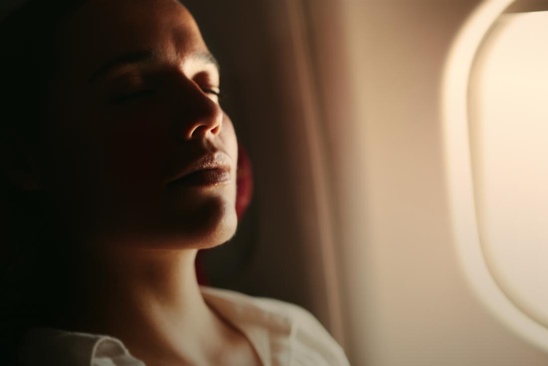 femme de détente sur avion