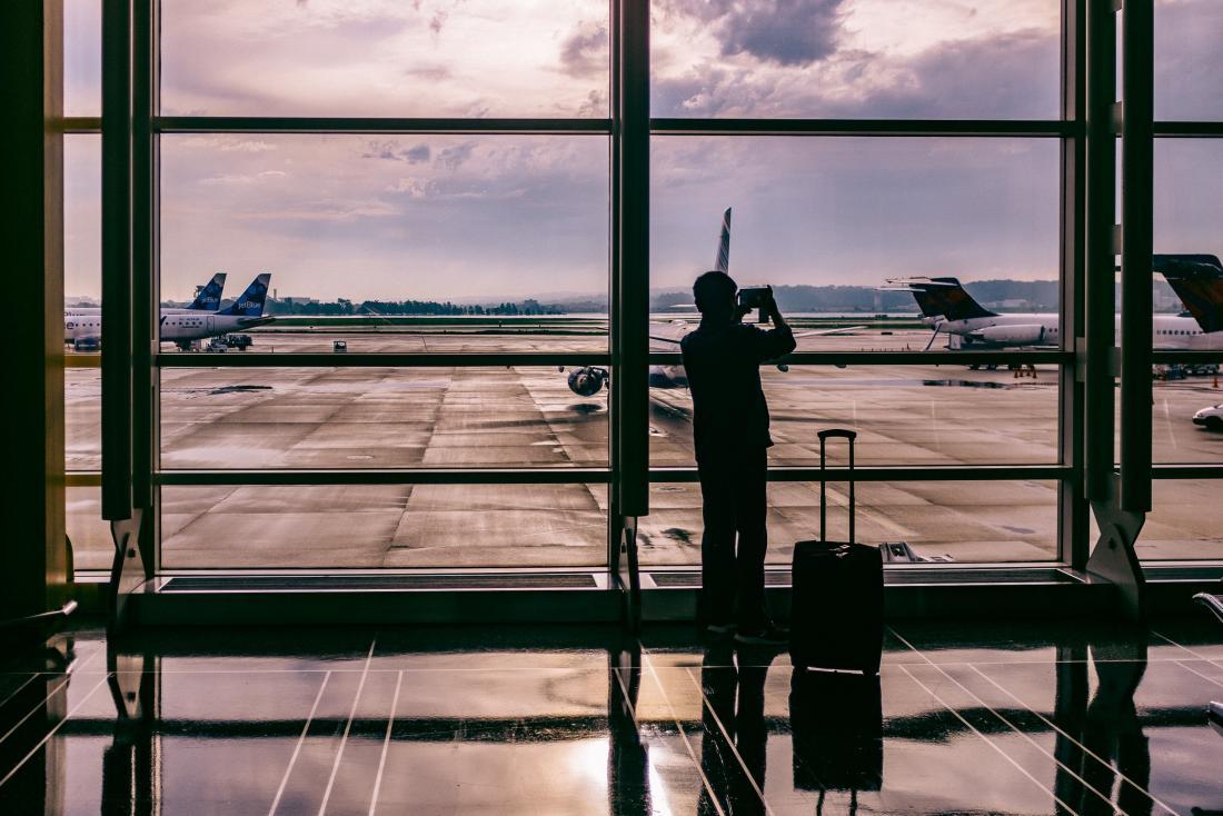 homme qui attend à l'aéroport
