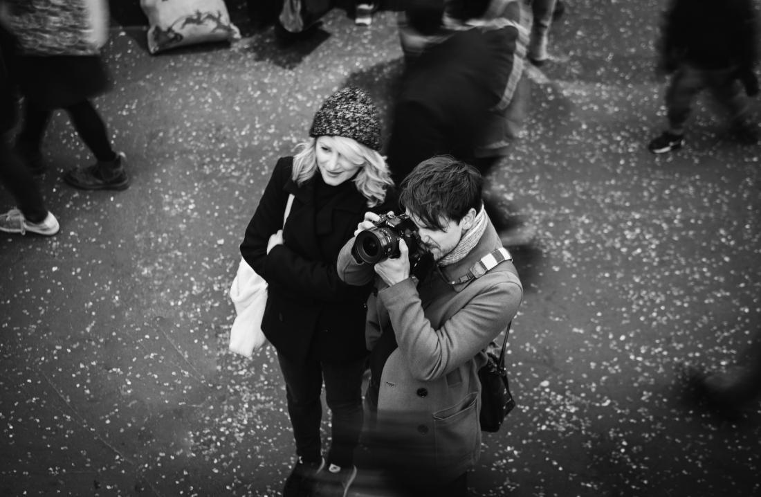 người đàn ông và người phụ nữ đi chơi trong mùa đông