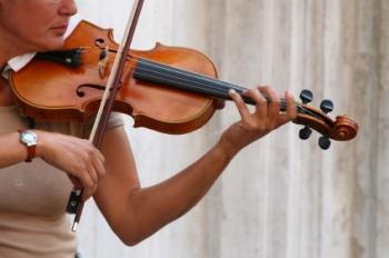 Senhora tocando violino