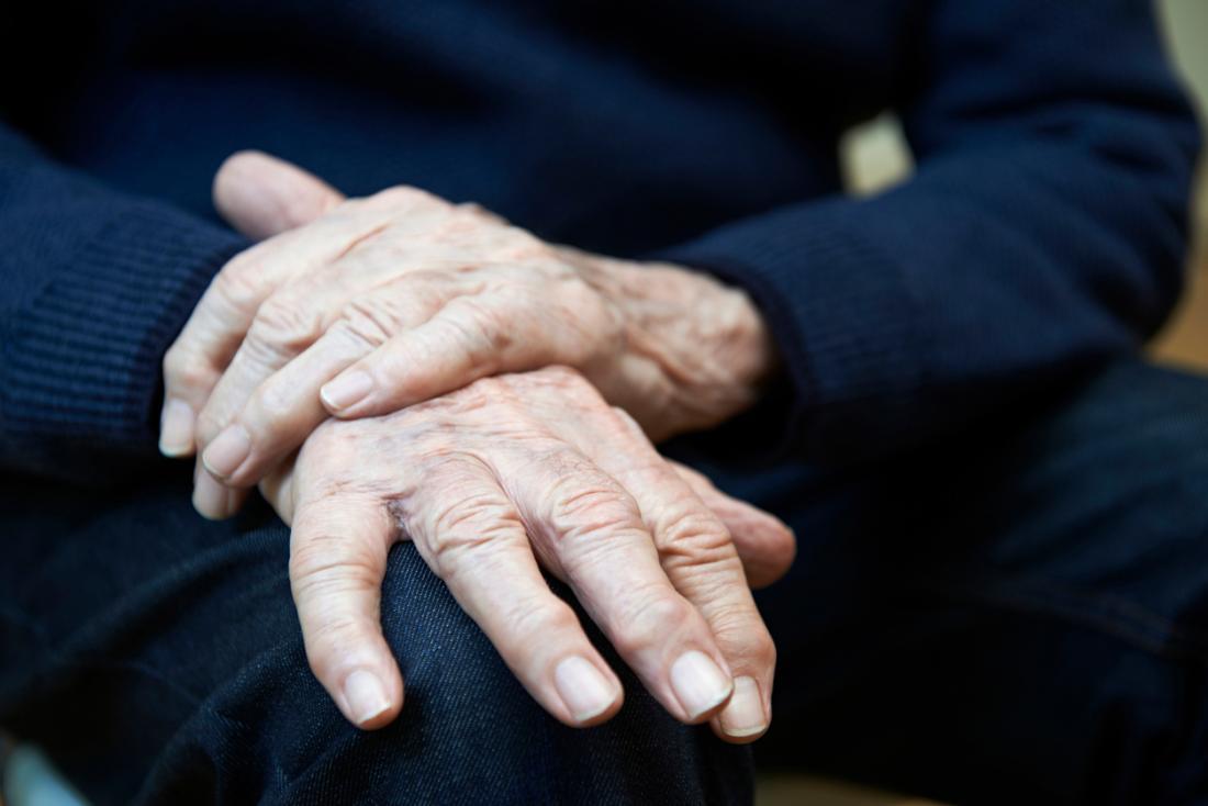 Parkinson hastalığı olan yaşlı adam