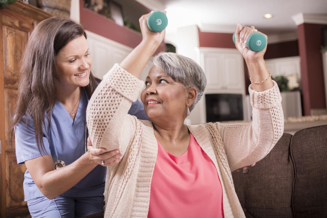 Yaşlı kadın onun hemşire ile egzersiz yapmak