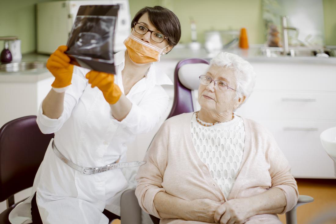 dentista discutindo diagnóstico com o paciente
