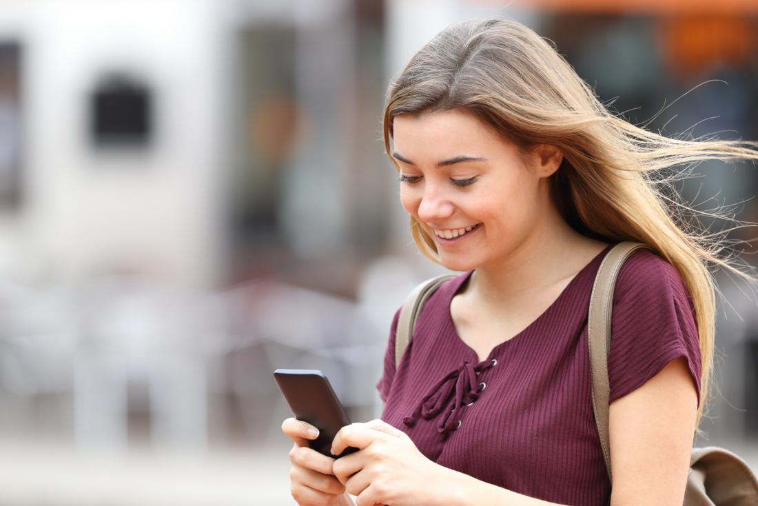 Mädchen überprüft ihr Smartphone