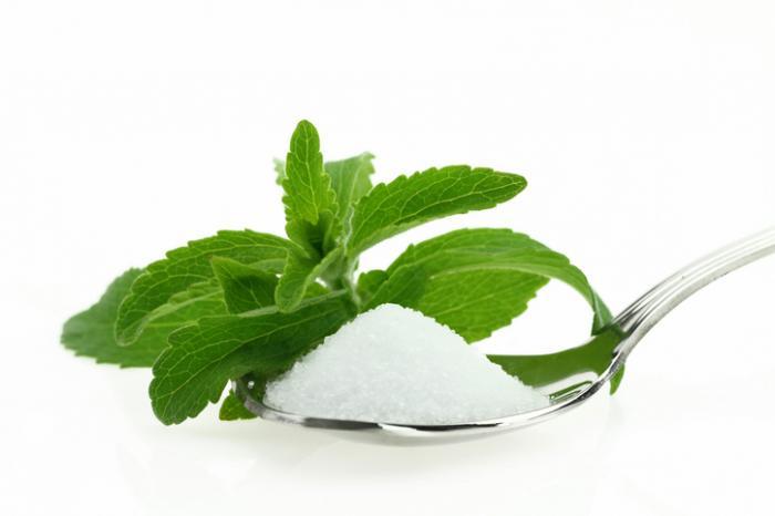 [Steviablatt und ein Teelöffel Stevia]
